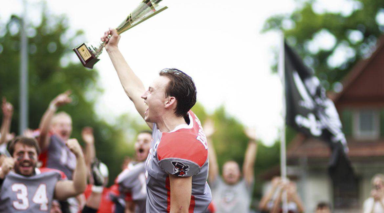 Konstanz Pirates - American Football - Pokal in der Hand
